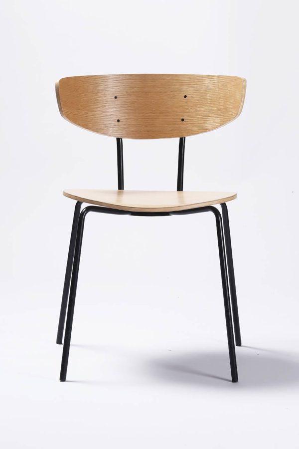 Dansk designstol til spisestunen fra Falch frische i formpresset fineer. Stålramme i sort pulverlakk - naturfarget tre