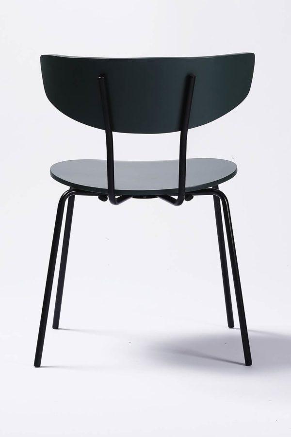 Dansk designstol til spisestunen fra Falch frische i formpresset fineer. Stålramme i sort pulverlakk - svartfarget tre baksiden