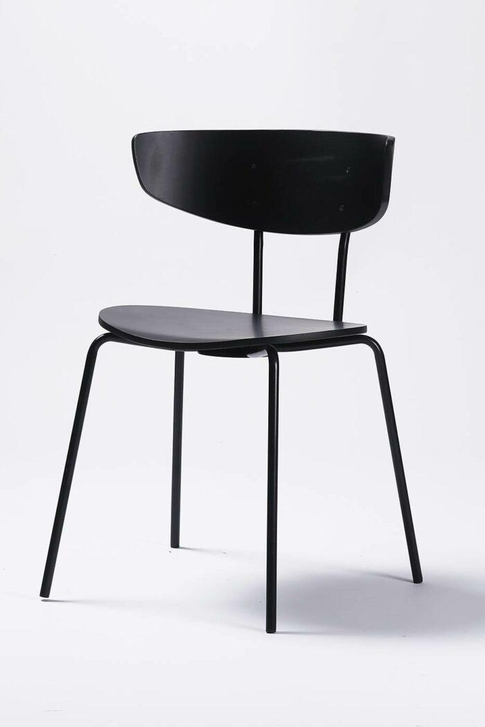 Dansk designstol til spisestunen fra Falch frische i formpresset fineer. Stålramme i sort pulverlakk - svartfarget tre